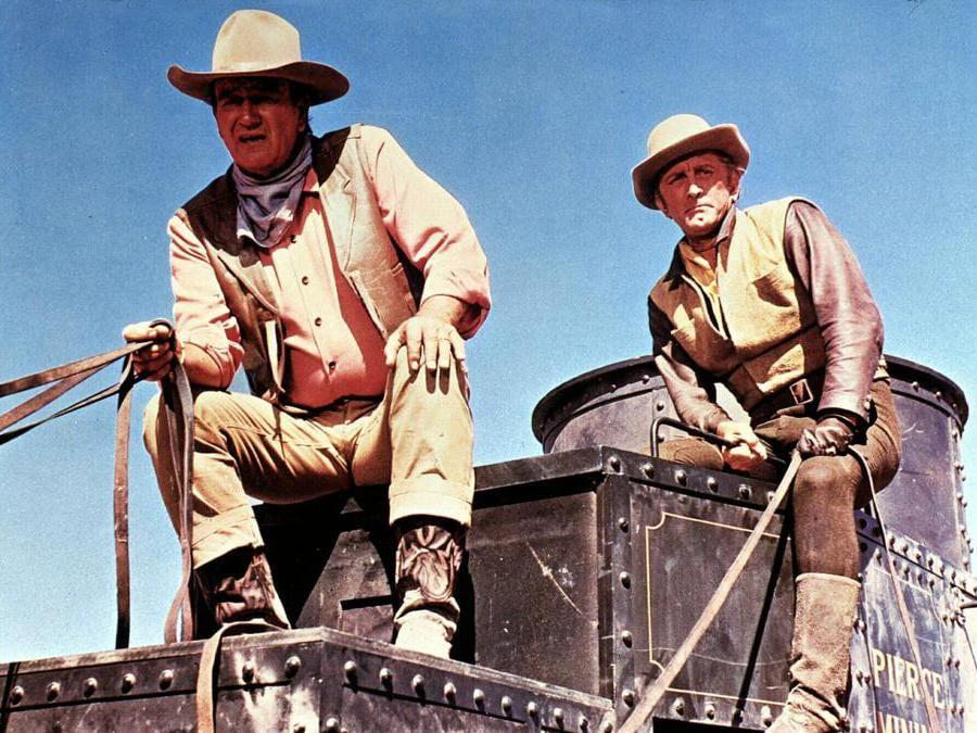 Immagini di scena del film Carovana di fuoco (1967),  nella foto John Wayne e Kirk Douglas. Foto Italy Photo Press