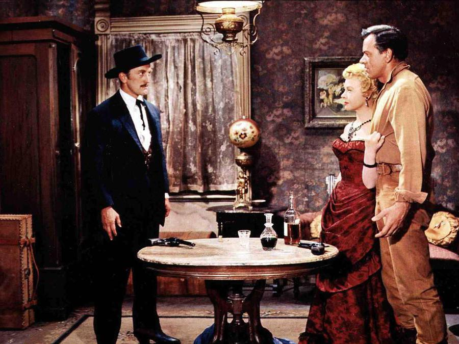 Film Sfida all'O.K. Corral (1957), nella foto Kirk Douglas, Jo Van Fleet, John Ireland. Foto Italy Photo Press