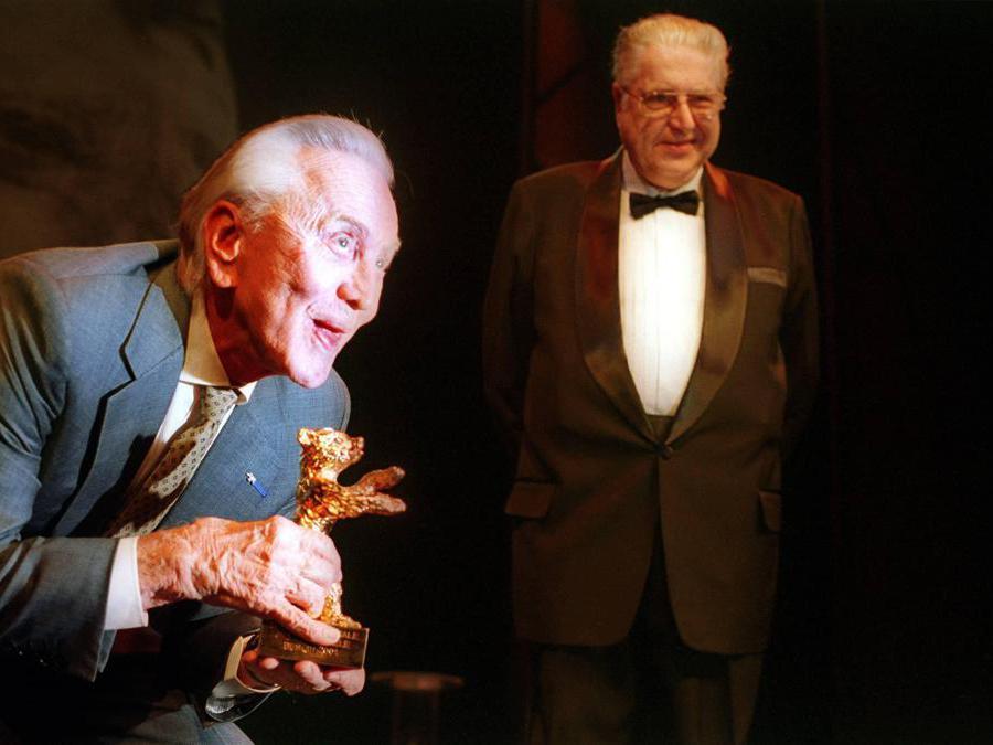 Berlino 16.02.2001,  Festival del Cinema di Berlino. Nella foto Kirk Douglas con l'Orso d'Oro alla carriera. Foto Italy Photo Press