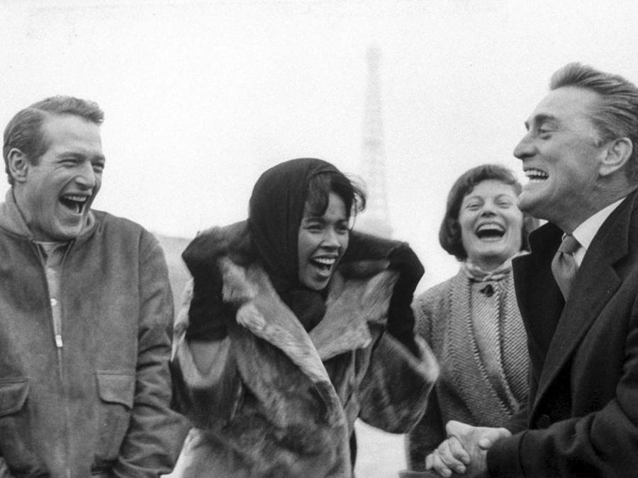 Parigi 1957.  Nella foto Kirk Douglas e Paul Newman. Foto Italy Photo Press