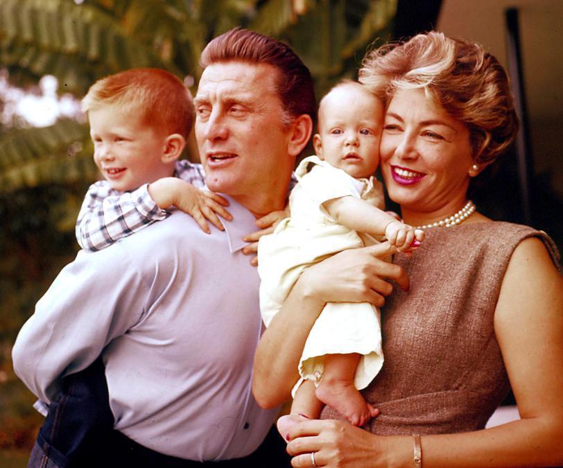 Los Angeles 1958. Nella foto Kirk Douglas con la sua seconda moglie Anne Buydens e i loro figli Peter ed Eric. Foto Italy Photo Press