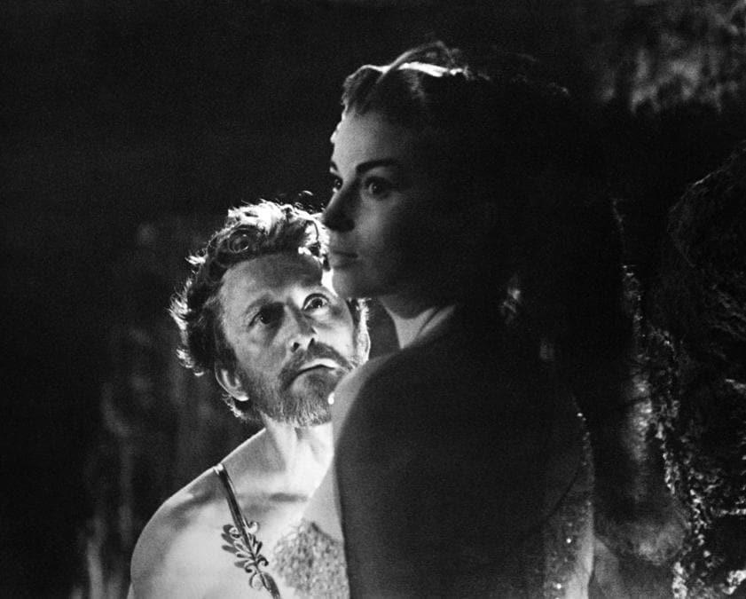 In questa foto del file scattata nel 1960 l'attore statunitense Kirk Douglas e l'attrice britannica Jean Simmons sono raffigurati durante le riprese di Spartacus diretto da Stanley Kubrick. (Photo by - / AFP)