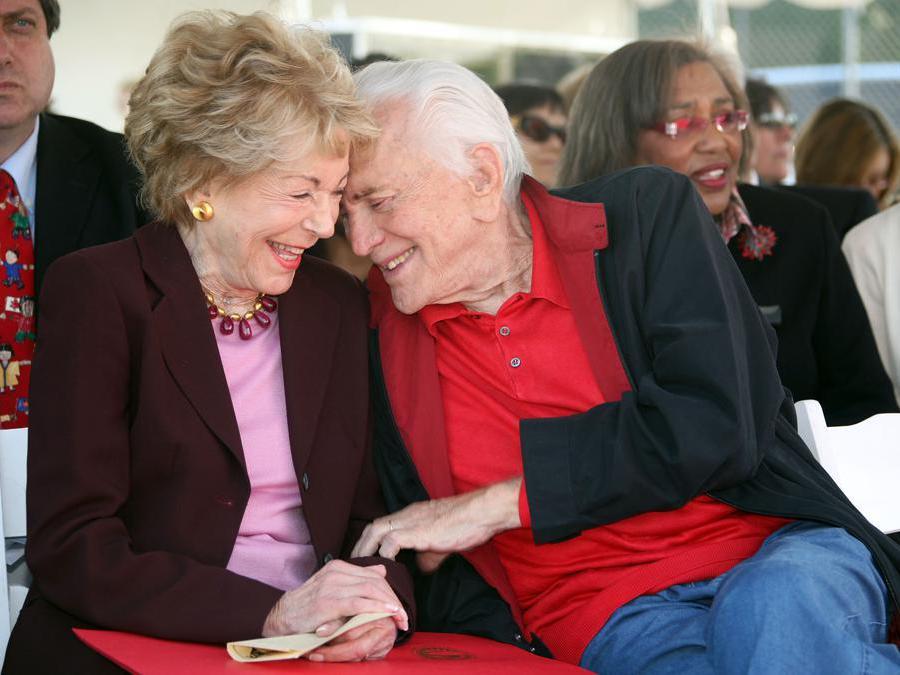 28 maggio 2008, l'attore Kirk Douglas e la moglie Anne. (Photo by Valerie MACON / AFP)