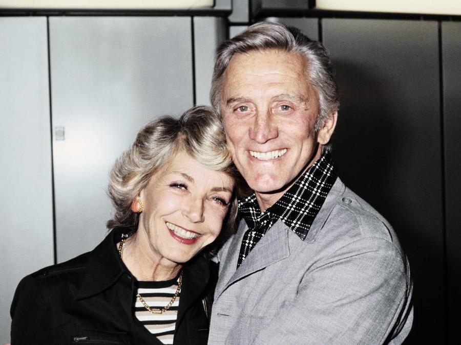 Foto  scattata il 1 settembre 1978. L'attore statunitense Kirk Douglas e sua moglie Anne posano all'aeroporto di Roissy Charles-de-Gaulle vicino a Parigi. (Photo by - / AFP)