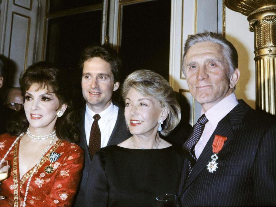In questa foto  scattata il 1  marzo 1985, l'attore statunitense Kirk Douglas (destra) posa a Parigi accanto a sua moglie Anne (2a  da destra), e al figlio  Michael Douglas (secondo da sinistra) dopo essere stato insignito del titolo di Cavaliere della Legione francese d'Honneur, accanto all'attrice italiana Gina Lollobrigida che è stata premiata come Ufficiale dell'Ordine delle Arti e delle Lettere. (Photo by GEORGES BENDRIHEM / AFP)
