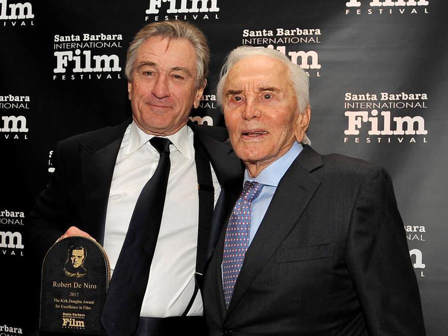 Robert De Niro e Kirk Douglas . 8 dicembre 2012. REUTERS/Phil Klein/File Photo