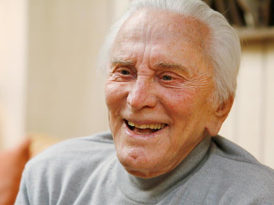 L'attore Kirk Douglas, 90 anni, viene fotografato durante un'intervista sulla sua vita, carriera cinematografica e il suo nuovo libro Let's Face It, nella sua casa di Beverly Hills, in California, il 26 aprile 2007. REUTERS/Fred Prouser/File Photo