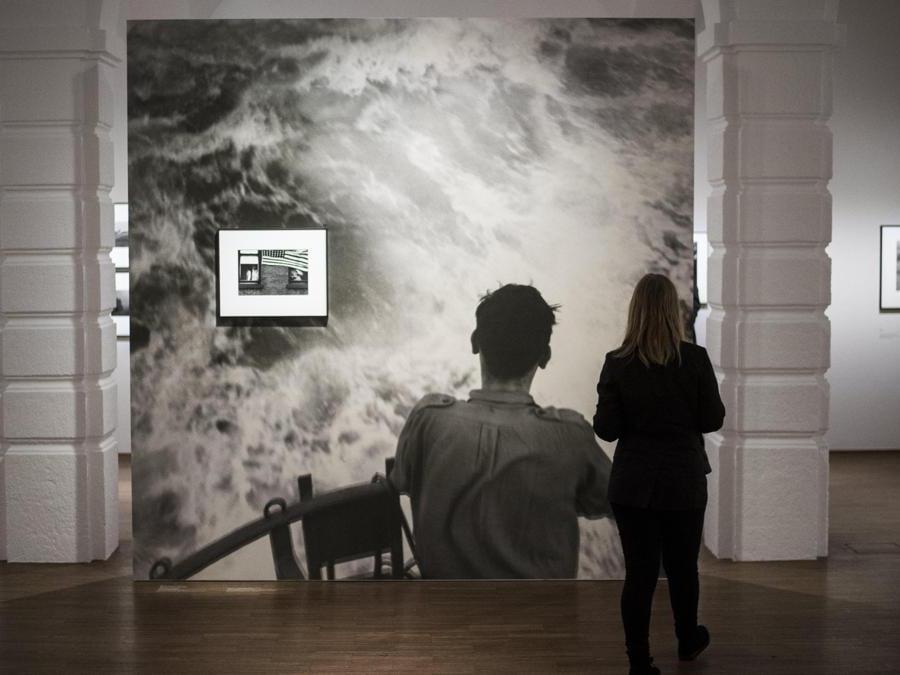 Visitatori alla mostra di Robert Frank, a Vienna, nel 2017 (EPA/CHRISTIAN BRUNA)