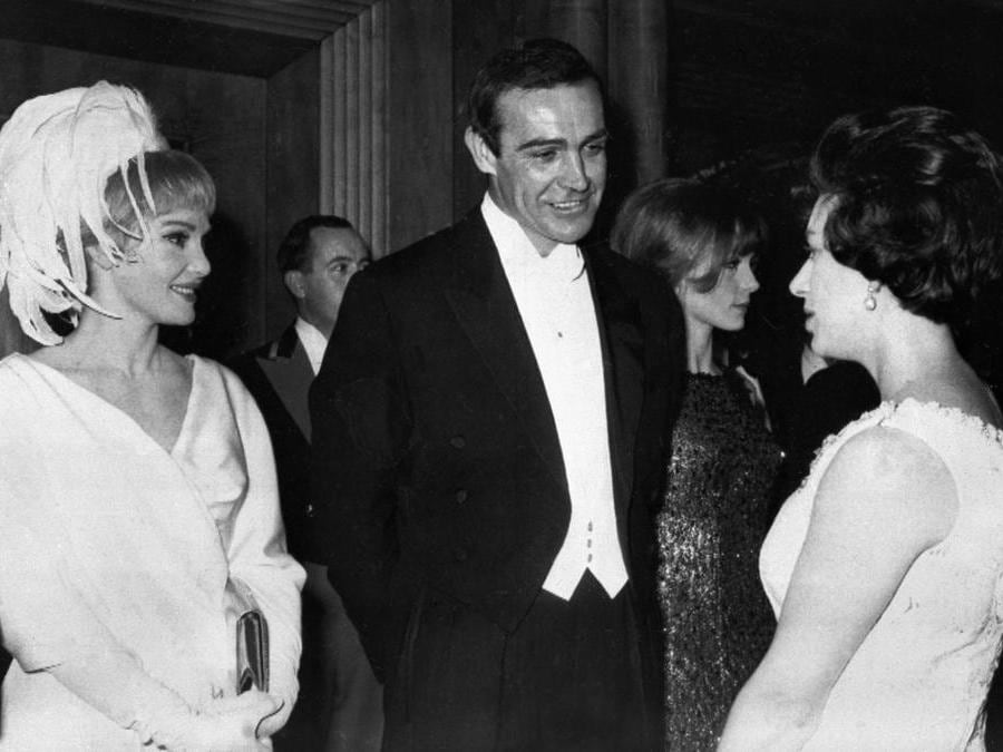 """15 Febbraio  1965 r Sean Connery (con sua moglie l'attrice americana Diane Cilento sono presentati alla principessa inglese  Margaret durante la rappresentazione del film  """"Lord Jim"""" in London.(Photo by - / AFP)"""