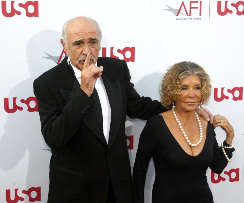 8 Giugno 2006 r Sir Sean Connery con sua moglie Micheline Roquebrune (. EPA/ARMANDO ARORIZO