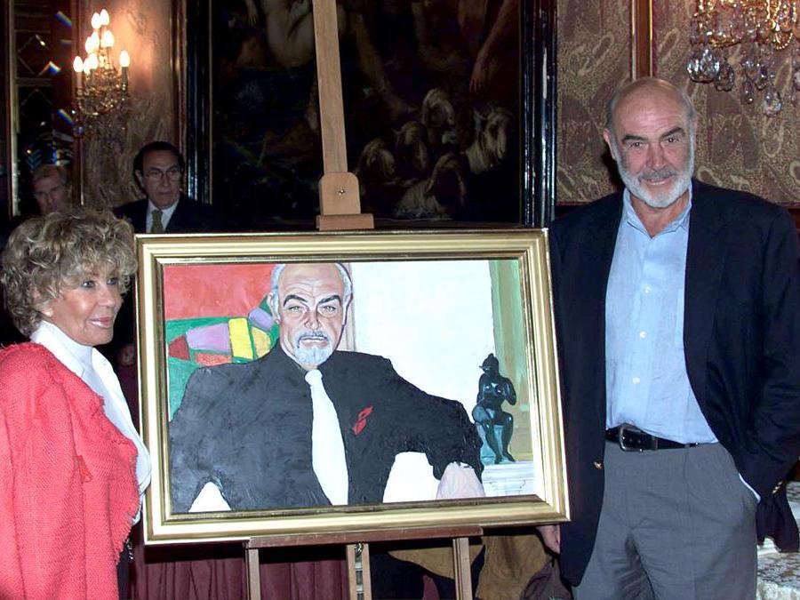 20020506 L'attore Sean Connery fotografato insieme con la moglie Micheline Roquebrune : nel mezzo, il ritratto del famoso ''agente 007'' dipinto dalla signora Micheline .CARLO FERRARO/ANSA/JI