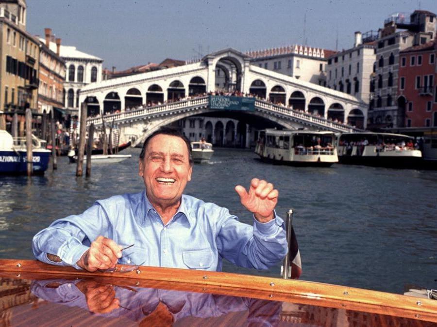 L'arrivo di Alberto Sordi, nel 1995, alla 52esima Mostra internazionale d'arte cinematografica di Venezia (Agf)