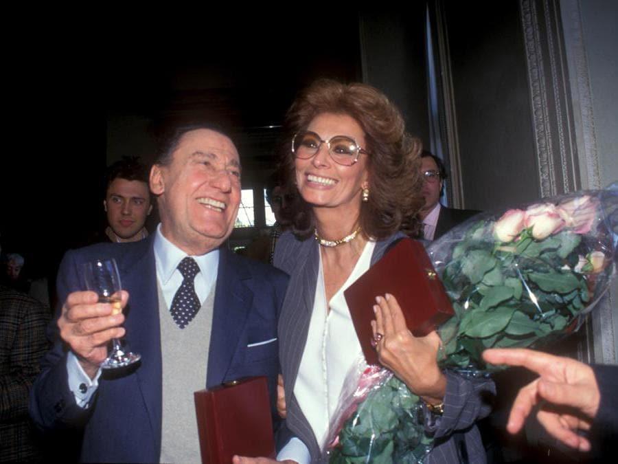 Alberto Sordi con Sophia Loren, a Roma nel 1995 (Agf)