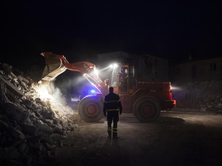 Amatrice, settembre 2016. Un gruppo di Vigili del Fuoco rimuove le macerie sulla strada tra Amatrice e la frazione di Cossito (Fonte: Terraproject)