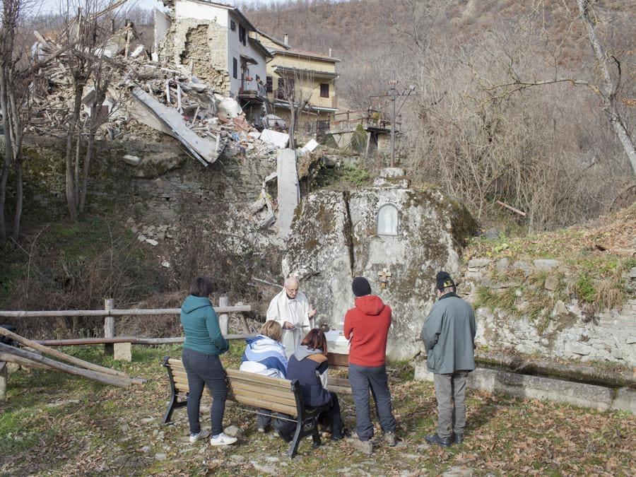 Cossito, dicembre 2016.  Don Luigi Aquilini celebra la messa di Natale per alcuni residenti del campo autogestito di Cossito, frazione di Amatrice (Fonte: Terraproject)