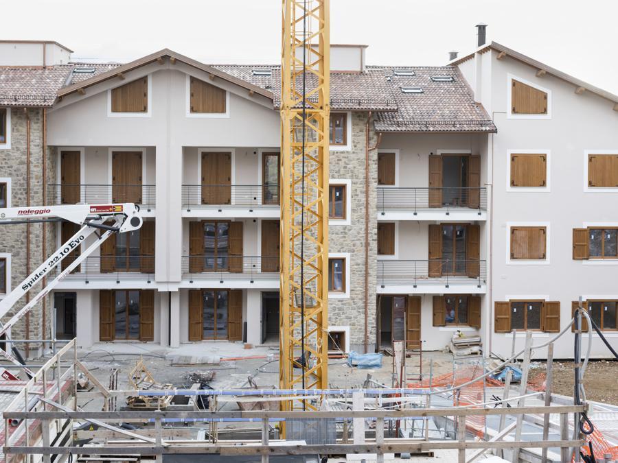 Amatrice, febbraio 2021. Il cantiere del condominio «Il Piceno», uno dei primi che sarà completato, 56 appartamenti per un investimento di 10 mln di euro. Iniziato nel 2018, ha subito dei rallentamenti a causa della pandemia ed è stato terminato ad aprile 2021 (Fonte: Terraproject)