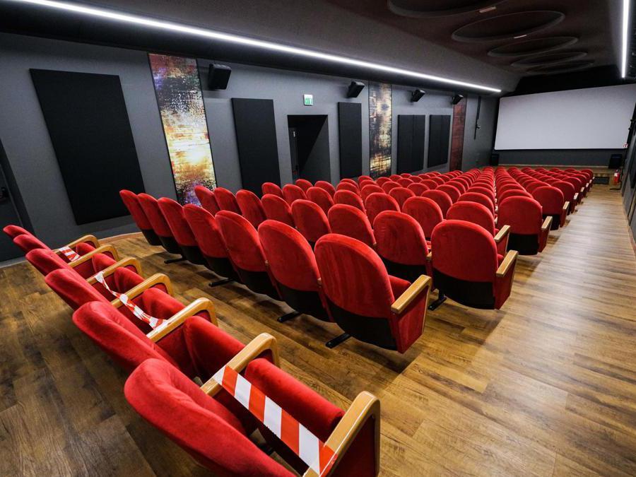 Flash mob al cinema Centrale con insegne e luci accese in occasione del David di Donatello. Torino 08 maggio 2020 (ANSA/TINO ROMANO)