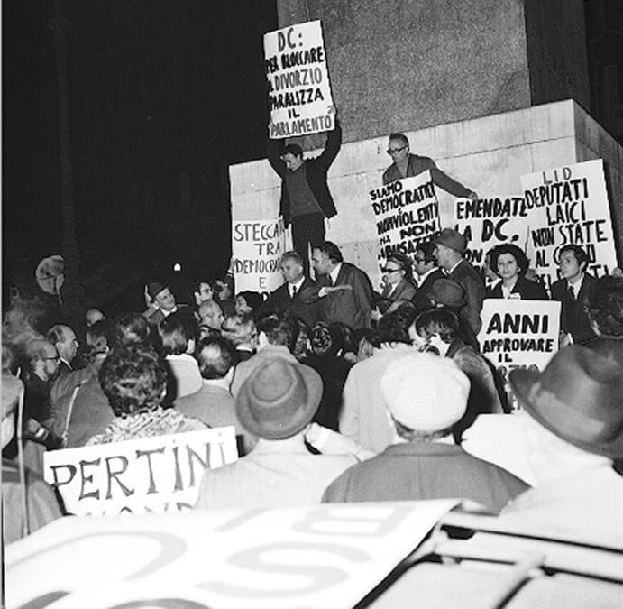 21 Dicembre 1970, una manifestazione per il divorzio davanti a Montecitorio. ANSA-ARCHIVIO/TO