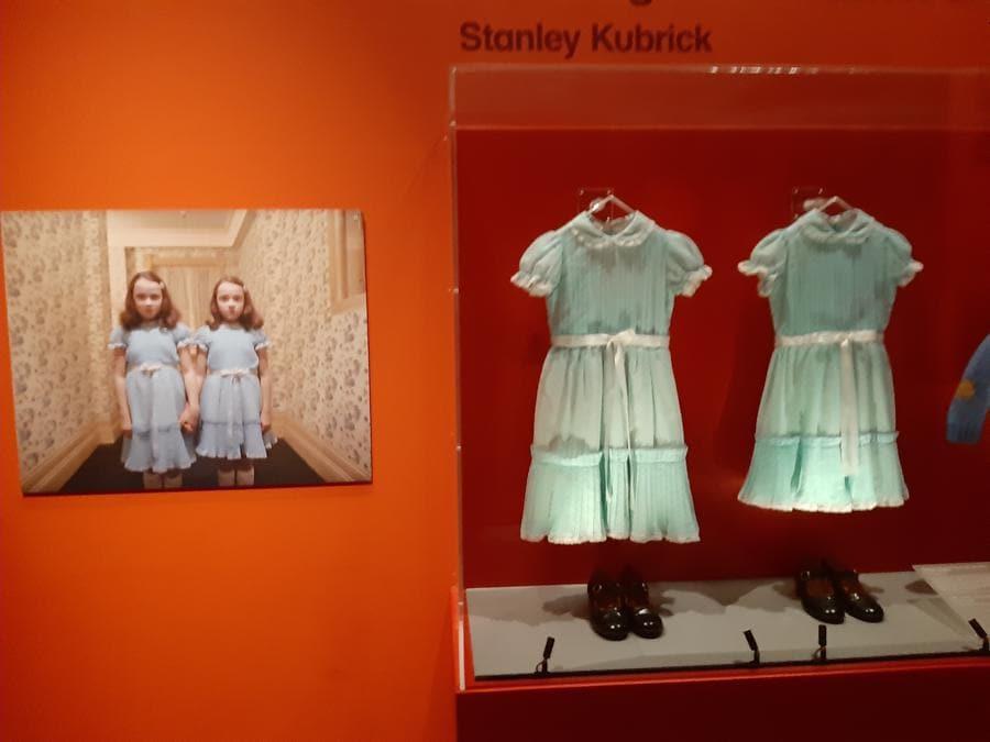 I vestiti delle due gemelline-fantasma di «Shining»