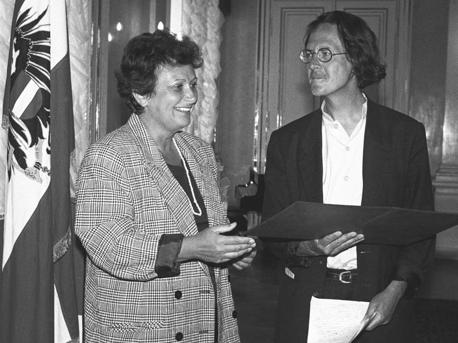 1988, Vienna, Austrian National Prize for Literature. Peter Handke con  Hilde Hawlicek (Afp)