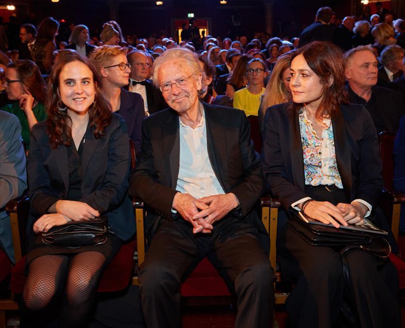 2018, Vienna. Leocadie Handke, Peter Handke e la moglie Sophie Semin, (Afp)