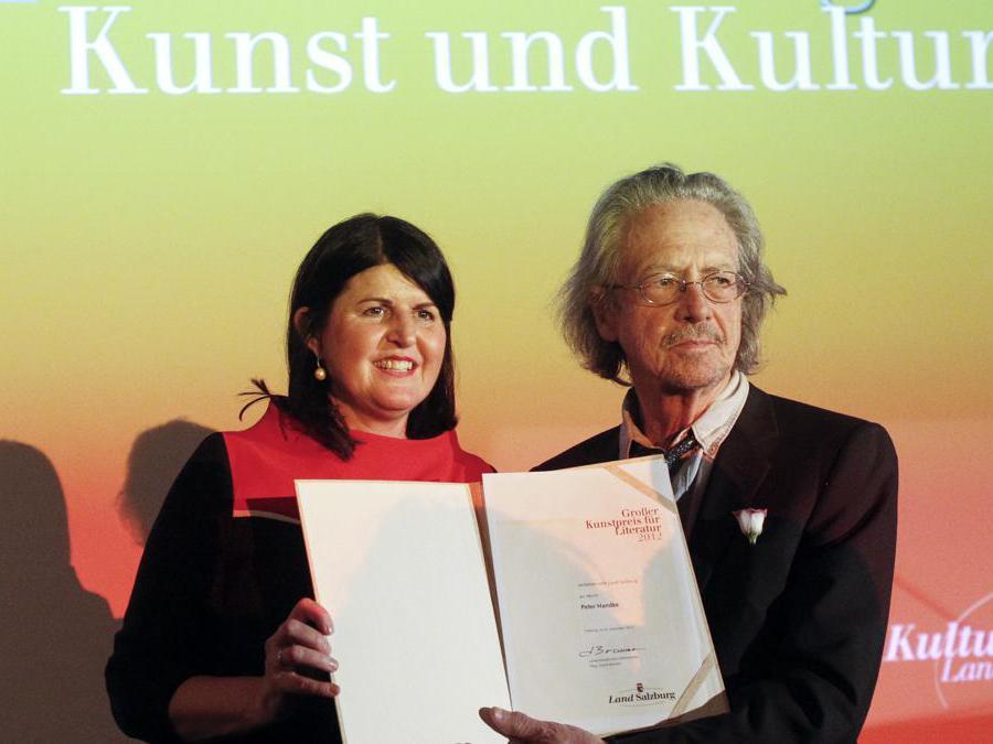 2012, Salisburgo, Austria. Peter Handke con Gabi Burgstaller (Reuters)