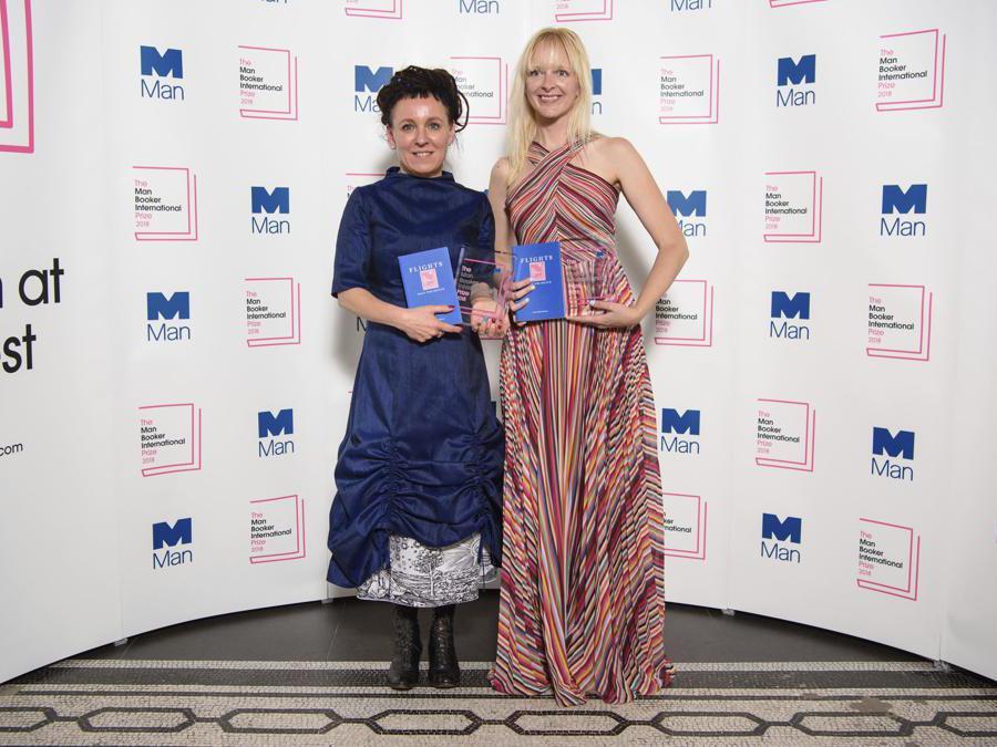 2018, Londra, Victoria and Albert Museum, Man Booker International prize. Olga Tokarczuk con Jennifer Croft  (Ansa/Ap)