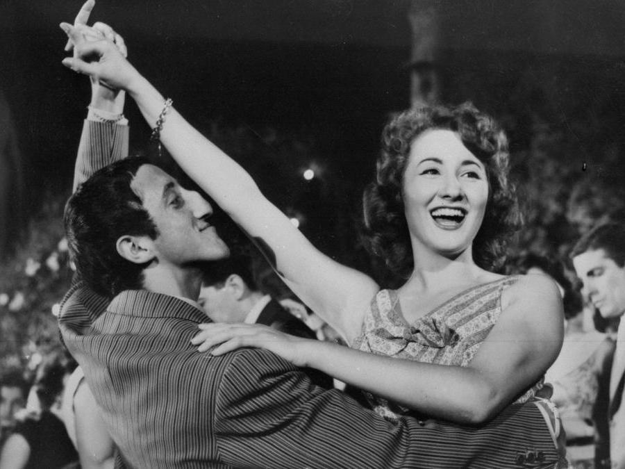 1955. Anna Maria Moneta Caglio e Carlo Delle Piane, in 'La ragazza di via Veneto' (Ansa)