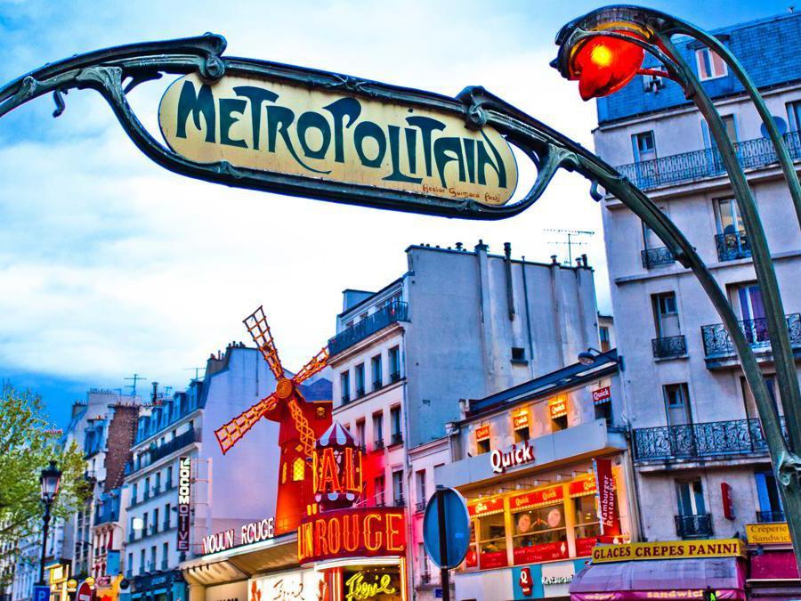 Il Moulin Rouge visto dalla stazione metro in stile Art Nouveau