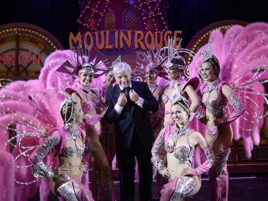 L'impresarioJean-Jacques Clerico, già proprietario e direttore del Moulin Rouge, ritratto assieme alle ballerine (Photo by STEPHANE DE SAKUTIN / AFP)
