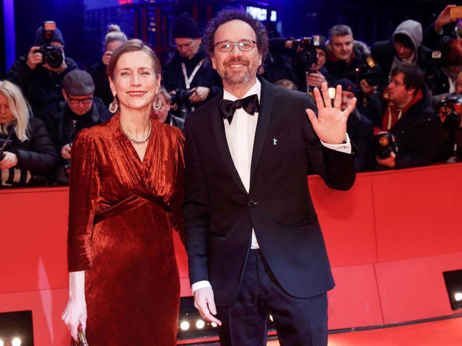Il direttori artistico  Carlo Chatrian e il direttore esecutivo della Berlinale  Mariette Rissenbeek sul red carpet per partecipare alla visione del film «My Salinger Year»  (Reuters/Michele Tantussi)