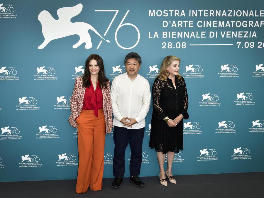 Juliette Binoche , il regista  Hirokazu Koreeda e  Catherine Deneuve7