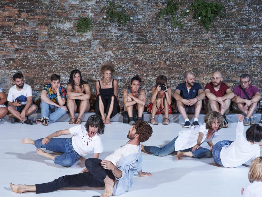 La performance «Ultras - Sleeping Dances», di Cristina Kristal Rizzo