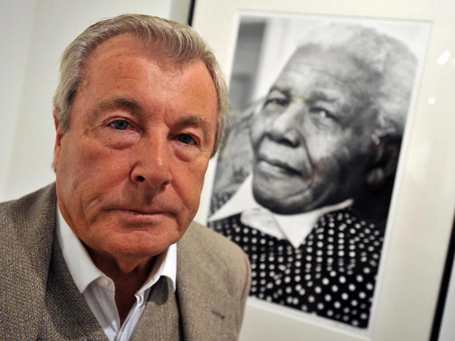 Terry O'Neill  posa di fronte a una sua immagine  di Nelson Mandela (Epa/Daniel Deme)