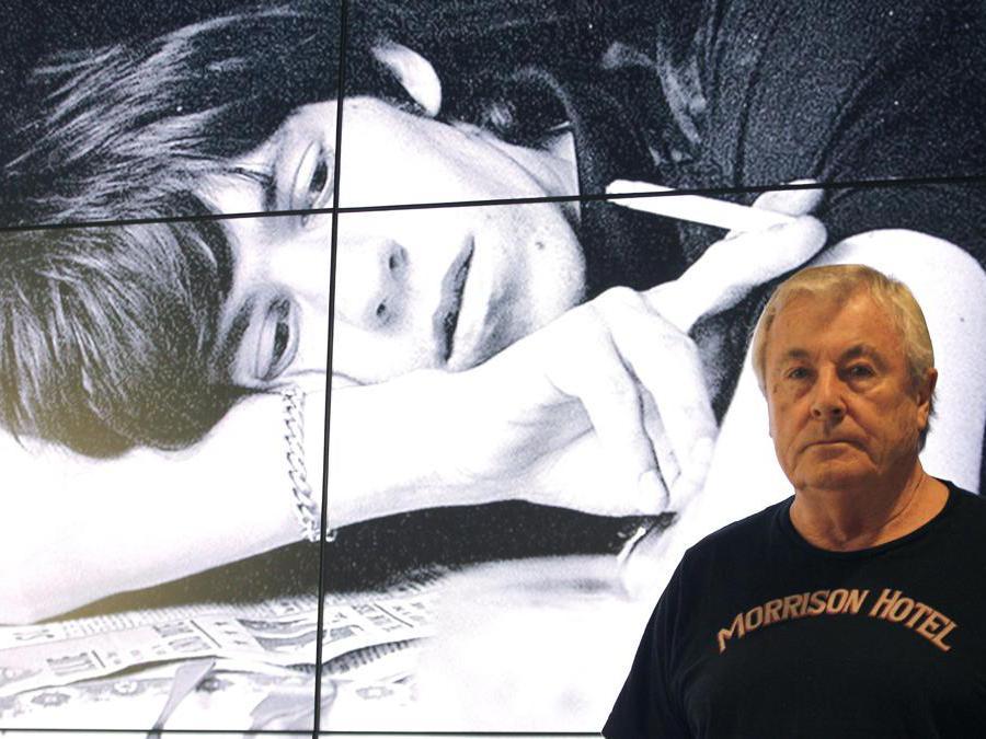 Terry O'Neill posa di fronte a una suo foto rappresentante  Mick Jagger  (Epa/Kote Rodrigo)