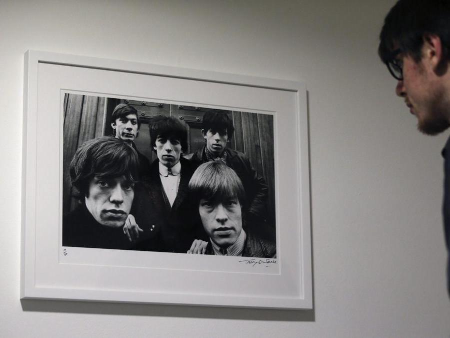 Un visitatore  osserva una  fotografia scattata da Terry O'Neill  che fa parte della mostra «Breaking Stones» (Epa/Fernando Alvarado)