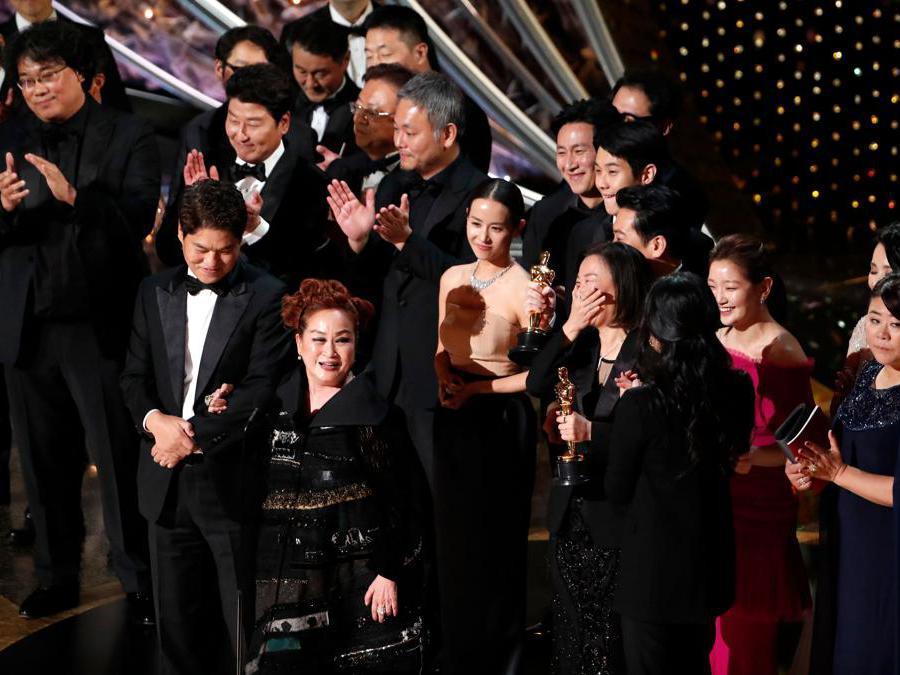 Miky Lee, Kwak Sin Ae e  Bong Joon Ho  Oscar per il miglior  film Parasite 2020. REUTERS/Mario Anzuoni