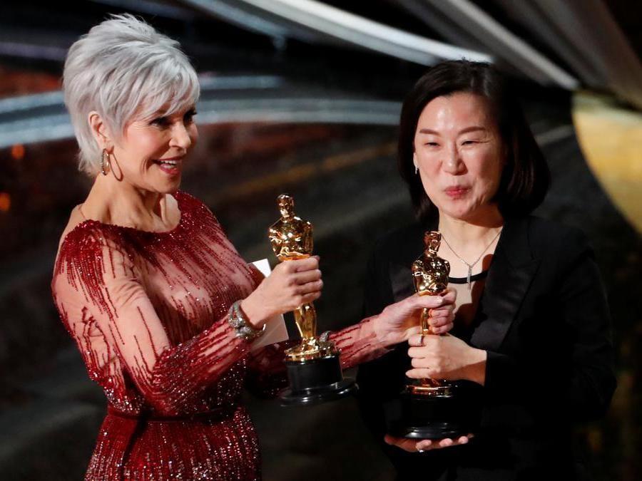Kwak Sin Ae  riceve l' Oscar  come miglior film Parasite  da Jane Fonda  REUTERS/Mario Anzuoni