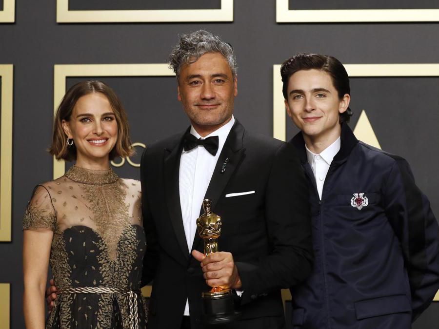 Taika Waititi con  Natalie Portman e  Timothee Chalamet Oscar per la sceneggiatura non originale di   'Jojo Rabbit  EPA/DAVID SWANSON