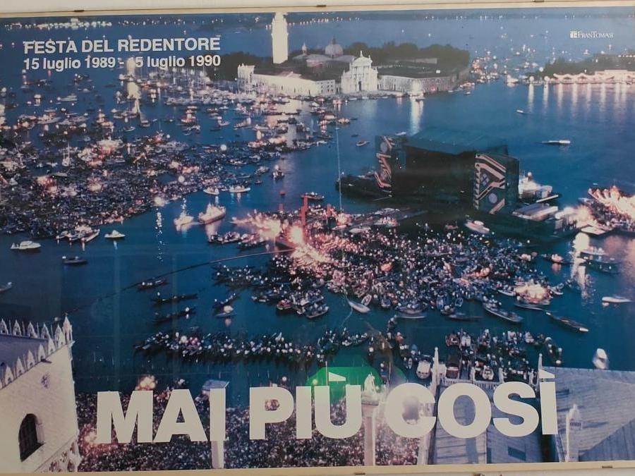 Un ironico manifesto celebrativo fatto realizzare da Fran Tomasi a un anno dal concerto