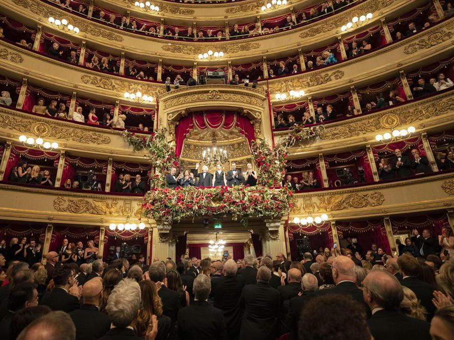 Il Presidente della Repubblica Sergio Mattarella  e la figlia Laura (C) in occasione della Tosca, l'opera che inaugura la stagione 2019-2020 del Teatro alla Scala di Milano, 7 dicembre 2019. ANSA/FRANCESCO AMMENDOLA UFFICIO STAMPA QUIRINALE