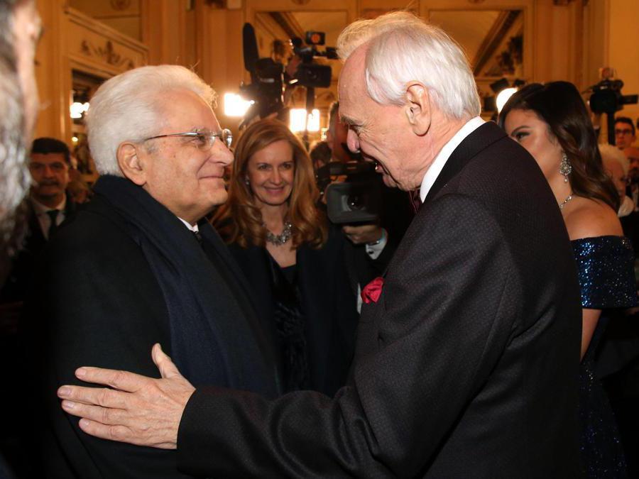 Il Presidente della Repubblica, Sergio Mattarella accolto dal sovraintendente del Teatro alla Scala, Alexander Pereira (Ansa/Matteo Bazzi)