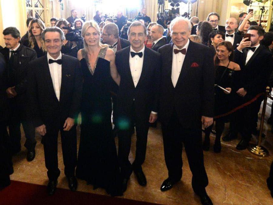 Ospiti nel Foyer del Teatro alla Scala entrano per assistere alla Prima della Tosca, nella foto Attilio Fontana, Chiara Bazoli, Giuseppe Sala e Alexander Pereira (Carlo Cozzoli/Fotogramma)