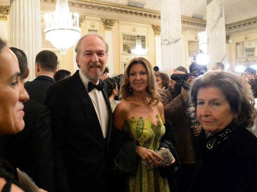 Ospiti nel Foyer del Teatro alla Scala entrano per assistere alla Prima della Tosca, nella foto Arturo Artom (Carlo Cozzoli/Fotogramma)