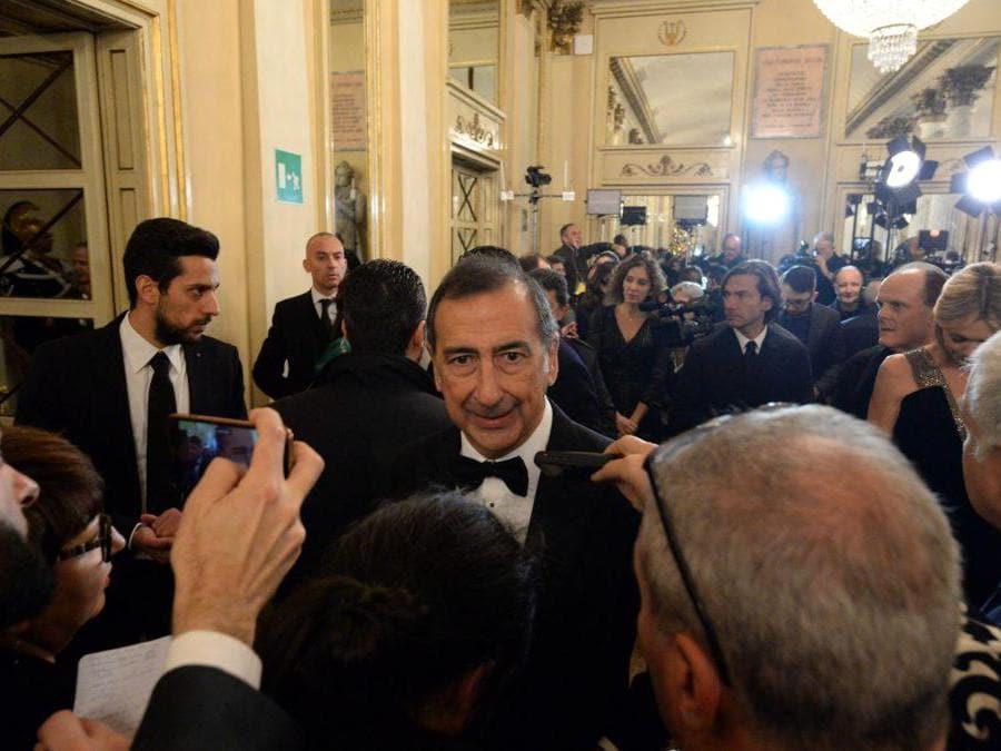 Ospiti nel Foyer del Teatro alla Scala entrano per assistere alla Prima della Tosca, nella foto Giuseppe Sala (Carlo Cozzoli/Fotogramma)