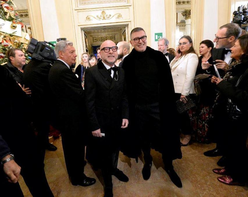 Ospiti nel Foyer del Teatro alla Scala entrano per assistere alla Prima della Tosca, nella foto  Domenico Dolce e Stefano Gabbana (Carlo Cozzoli/Fotogramma)