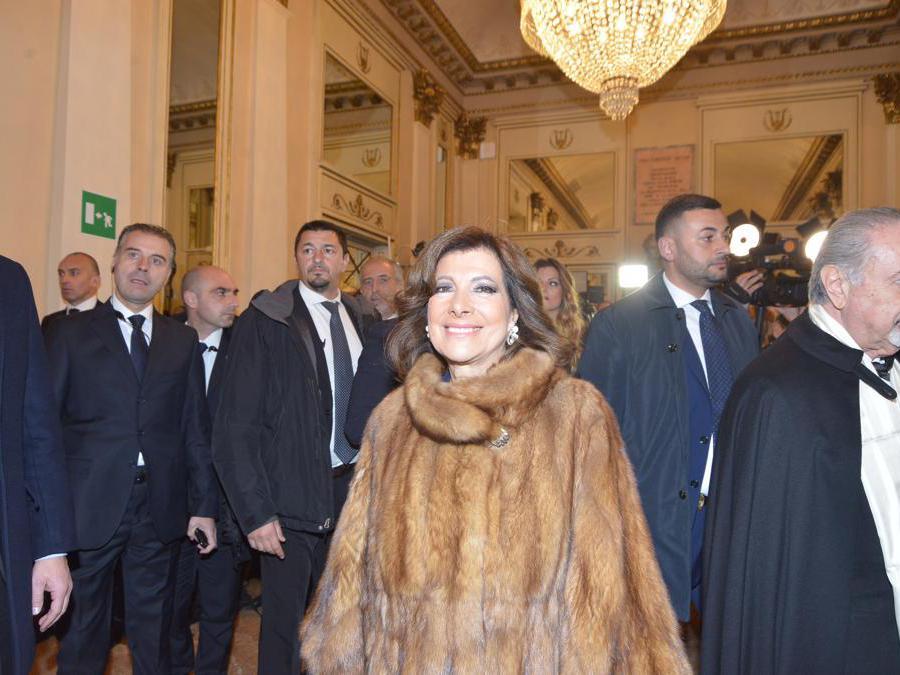 Ospiti nel Foyer del Teatro alla Scala, entrano per assistere alla Prima della Tosca, La Presidente del Senato, Elisabetta Casellati (Maurizio Maule/Fotogramma)