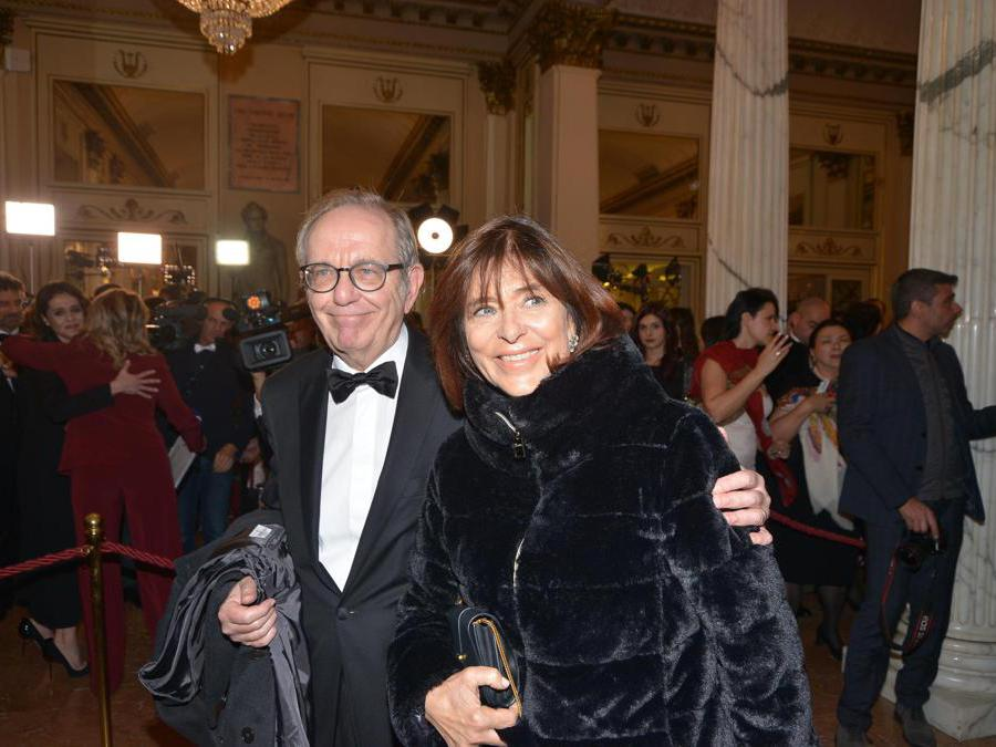 Ospiti nel Foyer del Teatro alla Scala, entrano per assistere alla Prima della Tosca. Nella foto, Pier Carlo Padoan (Maurizio Maule/Fotogramma)