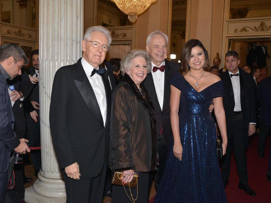 Ospiti nel Foyer del Teatro alla Scala, entrano per assistere alla Prima della Tosca. Nella foto, Mario Monti, Elsa Antonioli, Alexander Pereira e Daniela Weisser (Maurizio Maule/Fotogramma)