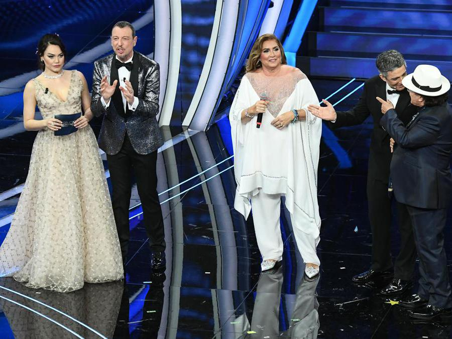 Sanremo. Romina Carrisi, Amadeus, Romina Power, Fiorello e Al Bano (Ansa)